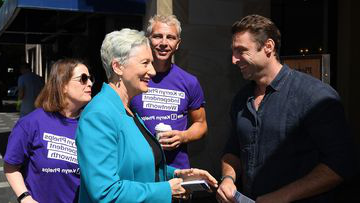 Independent candidate for Wentworth Kerryn Phelps speaks with constituents in Double Bay, 悉尼.