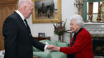 General Sir Peter Cosgrove, the Governor-General of 澳大利亚, meets 英国女王伊丽莎白二世 during a private audience in the Drawing Room at Balmoral