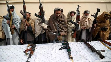 Former Taliban and IS militants surrender their weapons during a reconciliation ceremony in Jalalabad, 阿富汗.